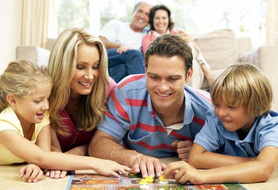 Famille qui joue à un jeu de société